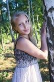 青少年的女孩照片画象在桦树树丛里 免版税库存图片