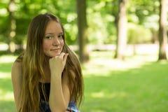 青少年的女孩特写镜头画象在公园 走 库存图片