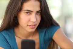青少年的女孩的画象有一个巧妙的电话的 免版税图库摄影