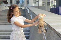 青少年的女孩的画象有玩具的 免版税库存图片