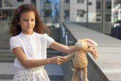 青少年的女孩的画象有玩具的 库存照片