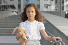 青少年的女孩的画象有玩具的 库存图片