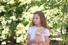 青少年的女孩的画象有玩具的 图库摄影