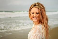 青少年的女孩获得乐趣在海滩 库存照片
