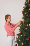 青少年的女孩装饰的圣诞节的明亮的图片 库存照片