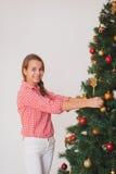 青少年的女孩装饰的圣诞节的明亮的图片 免版税库存图片