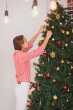 青少年的女孩装饰的圣诞节的明亮的图片 免版税图库摄影
