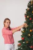 青少年的女孩装饰的圣诞节的明亮的图片 免版税库存照片