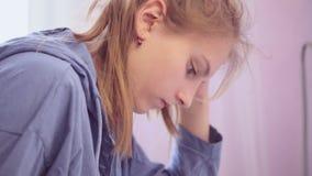 青少年的女孩键入在智能手机的一则消息 影视素材