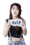 青少年的女孩需要帮助和显示文本 库存照片