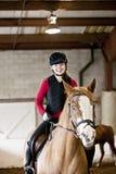 青少年的女孩骑乘马 免版税库存图片