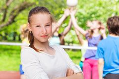 青少年的女孩画象有打排球的队的 库存图片