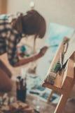 青少年的女孩绘画 免版税图库摄影