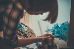 青少年的女孩绘画 库存照片