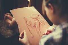 青少年的女孩绘画 库存图片