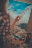 青少年的女孩绘画 免版税库存图片
