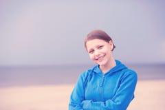 青少年的女孩ona海滩 免版税库存照片