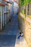 青少年的恋人夫妇坐楼梯,圣地亚哥 免版税库存照片