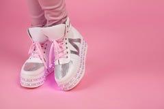 青少年的成人的,时尚妇女鞋子打开偶然发光的Sho 库存图片