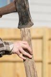 青少年的手分裂的木头 库存照片