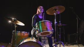 青少年的摇滚乐-可爱的女孩撞击声鼓手执行音乐身体垮下来 库存照片