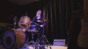 青少年的摇滚乐-热情的勇敢的女孩撞击声鼓手执行音乐身体垮下来 免版税库存照片