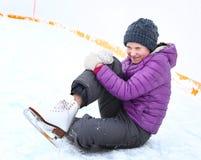 青少年的溜冰者女孩在滑冰场跌倒 库存照片