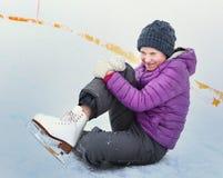 青少年的溜冰者女孩在滑冰场跌倒 免版税库存图片