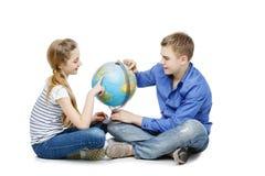 青少年的男孩和女孩有地球地球的 免版税图库摄影