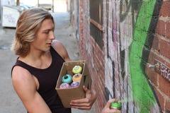 青少年的男孩和街道画 免版税库存图片
