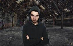 青少年的男孩在一个被放弃的大厅里 库存照片