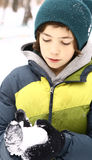 青少年的男孩在冬天做雪球户外 库存照片