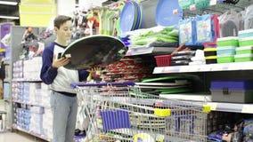 青少年的男孩在商店乘有把柄的爬犁 影视素材