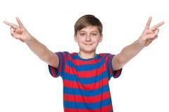 青少年的男孩庆祝胜利 免版税图库摄影