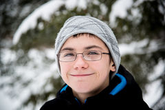 青少年的男孩微笑的室外斯诺伊画象 库存照片
