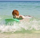 青少年的男孩由海享受他的假期 免版税库存图片