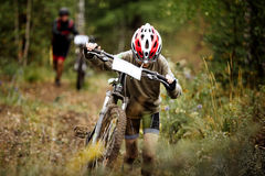 青少年的男孩运动员mountainbike 免版税库存照片