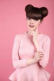 青少年的秀丽 发型 时尚十几岁的女孩模型 愉快的smilin 图库摄影