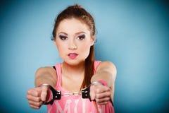 青少年的罪行-手铐的少年女孩 库存图片