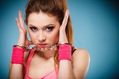 青少年的罪行-手铐的少年女孩 免版税图库摄影