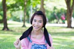 青少年的美好的女孩桃红色衬衣牛仔布短裤 库存图片