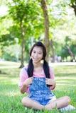 青少年的美好的女孩桃红色衬衣牛仔布短裤 免版税库存照片