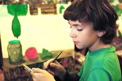 青少年的英俊的男孩绘画图片静物画 库存图片