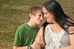青少年的说服与妈妈 免版税库存照片