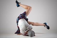 青少年的breakdance女孩跳舞 免版税图库摄影