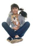 青少年,奇瓦瓦狗和鸡 免版税库存照片