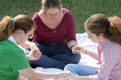 青少年1个圈子的祷告 库存图片