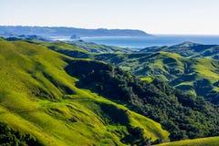 青山、蓝色海洋和天空 免版税库存照片