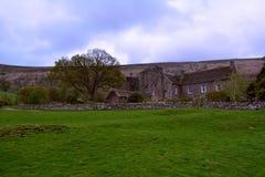 青山和一个老石农场在黑山,布雷肯比肯斯山,威尔士,英国附近安置 免版税库存图片