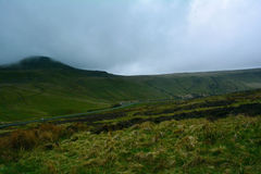 青山和一条路在笔y附近扇动峰顶,布雷肯比肯斯山国家公园,威尔士,英国 免版税库存照片